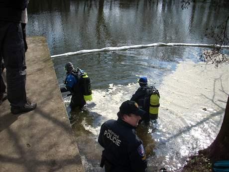 Policisté zkoumají přehradu