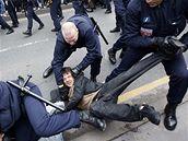 Policie zatýká jednoho z protičínských demonstrantů
