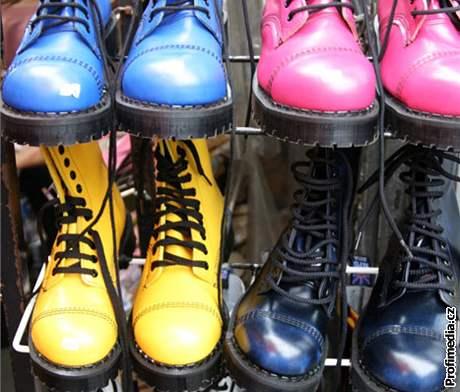 Ocelová špička, hodně dírek, těžká podrážka: Doc Martens byly původně botami punks a skins, poté si ale zjednaly oblibu napříč společností