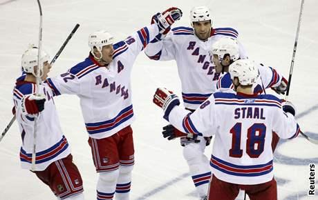 Hokejisté Rangers oslavují gól v utkání play-off NHL proti New Jersey. Trefil se kapitán Jaromír Jágr (druhý zprava).