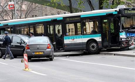 Srážka autobusu a několika osobních aut během natáčení amerického velkofilmu G. I. Joe v centru Prahy