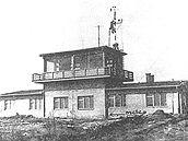Letiští řídící věž. Archivní snímek z padesátých let.