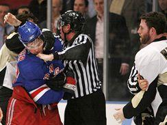 NY Rangers - Pittsburgh: Jágr (vlevo) v potyčce s Ryanem Whitneyem