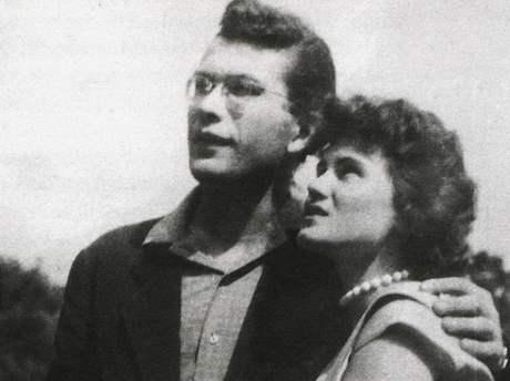 Básník Karel Šiktanc v padesátých letech se svou (příští) manželkou.