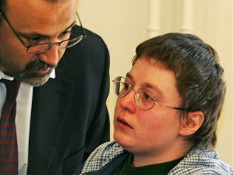 Plačící Barbora Škrlová u brněnského soudu (9.5.2008)