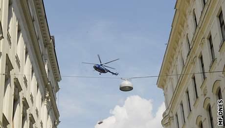 Helikoptéra manipuluje s nákladem v centru Brna