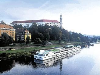 Pohled na děčínský zámek a řeku Labe