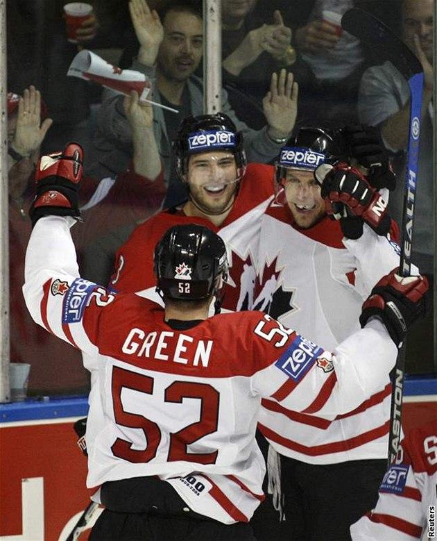 Kanada - �védsko: Kana�ané Green, Nash a Heatley (zleva) se radují z gólu.
