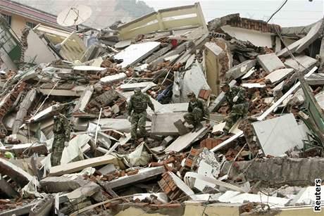 Čína po zemětřesení - vojáci prohledávají trosky (15. května 2008)