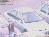 Záběry průmyslové kamery na zlodějku, která u brněnského Makra vykrádala automobily