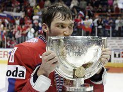 Alexander Ovečkin s pohárem pro hokejové mistry světa