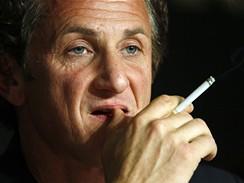 Cannes 2008 - Sean Penn s cigaretou