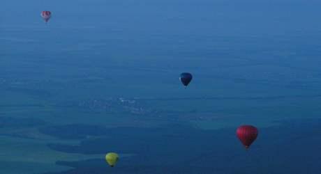 Noční start balonů z brněnské výstaviště - svítání za Brnem