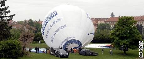 Ranní start horkovzdušných balónů z parku na brněnské Kraví hoře.