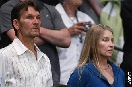 Patrick Swayze a jeho manželka Lisa Niemi na zápase basketbalového týmu Lakers
