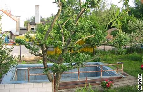 Zahrada domu v brněnské ulici Terezy Novákové, kde dřely oběti vůdce sekty Jiřího Adama