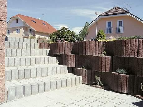 Plot z betonových prefabrikátů