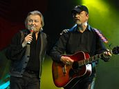 Ženám zazpíval i Václav Neckář (vpravo)