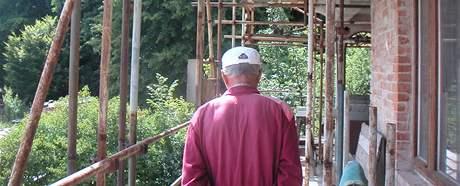 Jiří Adam ve svém domě v Ivanovicích