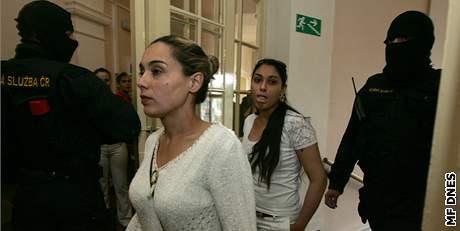 Nezletilá Mercedes Lakatošová následuje svou matku k  soudu v Prostějově