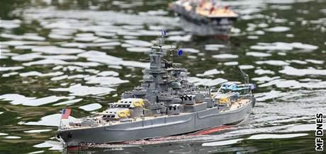 Bitva modelů letadel a lodí v Rakovecké zátoce na Brněnské přehradě