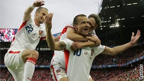 ROZHODUJÍCÍ GÓL. Václav Svěrkoš (vpředu) rozhodl utkání se Švýcarskem.