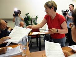 Ředitelka Divadla Na zábradlí Doubravka Svobodová předává návrh na změnu grantů