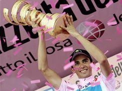 Alberto Contador s trofejí pro vítěze Gira