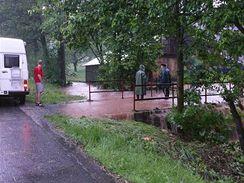 Rozvodněný potok v Horní Brusnici na Trutnovsku
