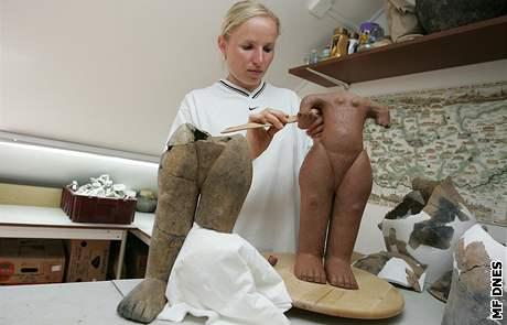 Zuzana Vejtasová modeluje sochu Hedviky podle originálu