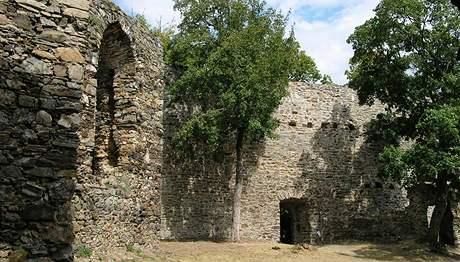 zřícenimu hradu Cornštejn nad Vranovskou přehradou nedaleko Bítova