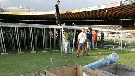 Stavba pódia pro brněnský koncert Linkin Park