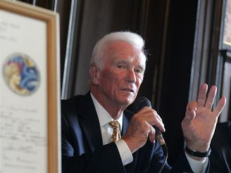 Astronaut Eugene A. Cernan v Praze (18. června 2008)