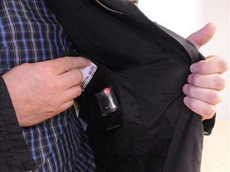 Ředitel společnosti Applycon Milan Baxa ukazuje řídicí elektroniku vestavěnou v podšívce