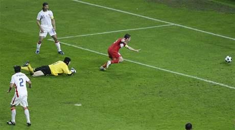 VYROVNÁNO. Turecký fotbalista Nihat Kahveci dává gól na 2:2