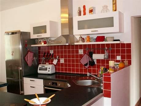 Netradiční paneláková kuchyně v červené a bílé