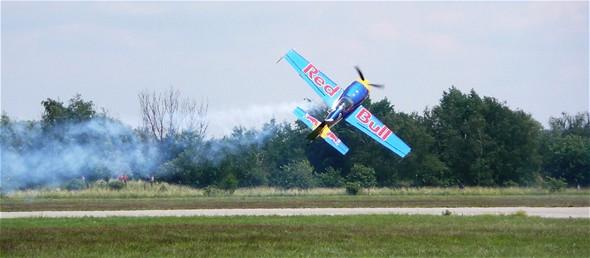 Světová špička mezi akrobaty Peter Besenyei létá na stroji Extra 300S