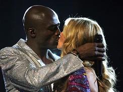 Seal líbá manželku Heidi Klumová poté, co si spolu zazpívali duet Wedding Day