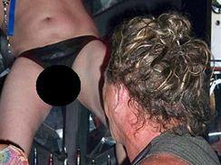 Mickey Rourke si v baru užívá taneční show
