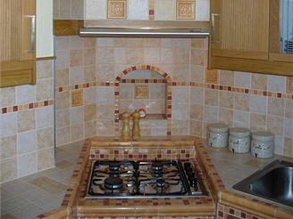Zděná kuchyňská linka v paneláku: moderní a praktická