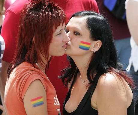 Účastníci průvodu gayů a lesbiček v Brně