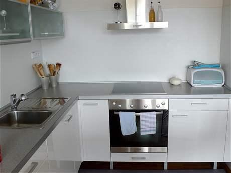 Bílá kuchyňská linka