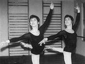 Hana (vpravo) a Jiřina (vlevo) stíhaly zároveň reprezentovat v moderní gymnastice a baletit v divadle