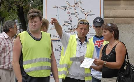 Pracovníci Dopravního podniku vysvětlují Brňanům změny v dopravě kvůli uzavření Husovy ulice