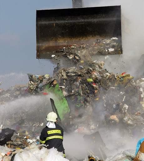 Hasiči likvidují oheň, který vypukl na skládce odpadu v Henčově (30. června 2008)