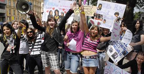 Několik desítek příznivců skupiny Tokio Hotel prošlo centrem Brna - požadovali návrat kapely do České republiky