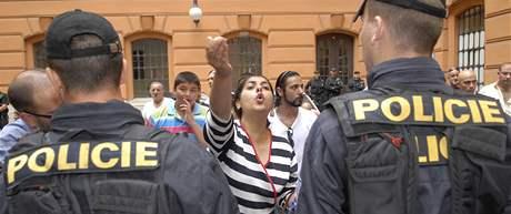 Policisté oddělila znesvářené klany olašských Romů na nádvoří Krajského soudu v Brně