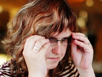 Nevidomá Simona si chrání oči tmavými brýlemi