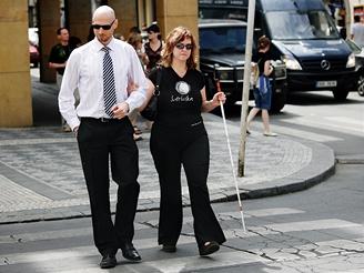 Nevidomá Simona - na přechodu si lidé občas myslí, že slepou jen