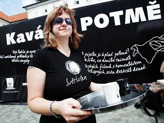 Nevidomá Simona - obsluhuje v kavárně Potmě